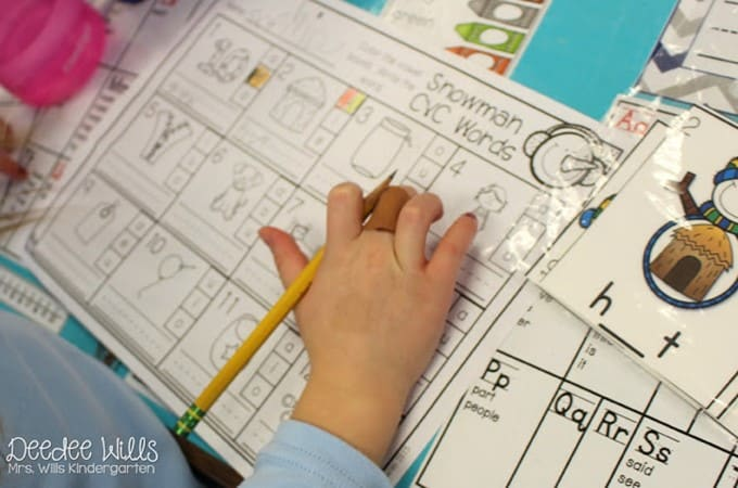 December Kindergarten Centers that keep kids learning! Stations help students practice and over learn key skills in math and literacy. Phonics, phonemic awareness, writing, math, and more! Keep children learning independently with fun activities, so you can meet with your small groups!