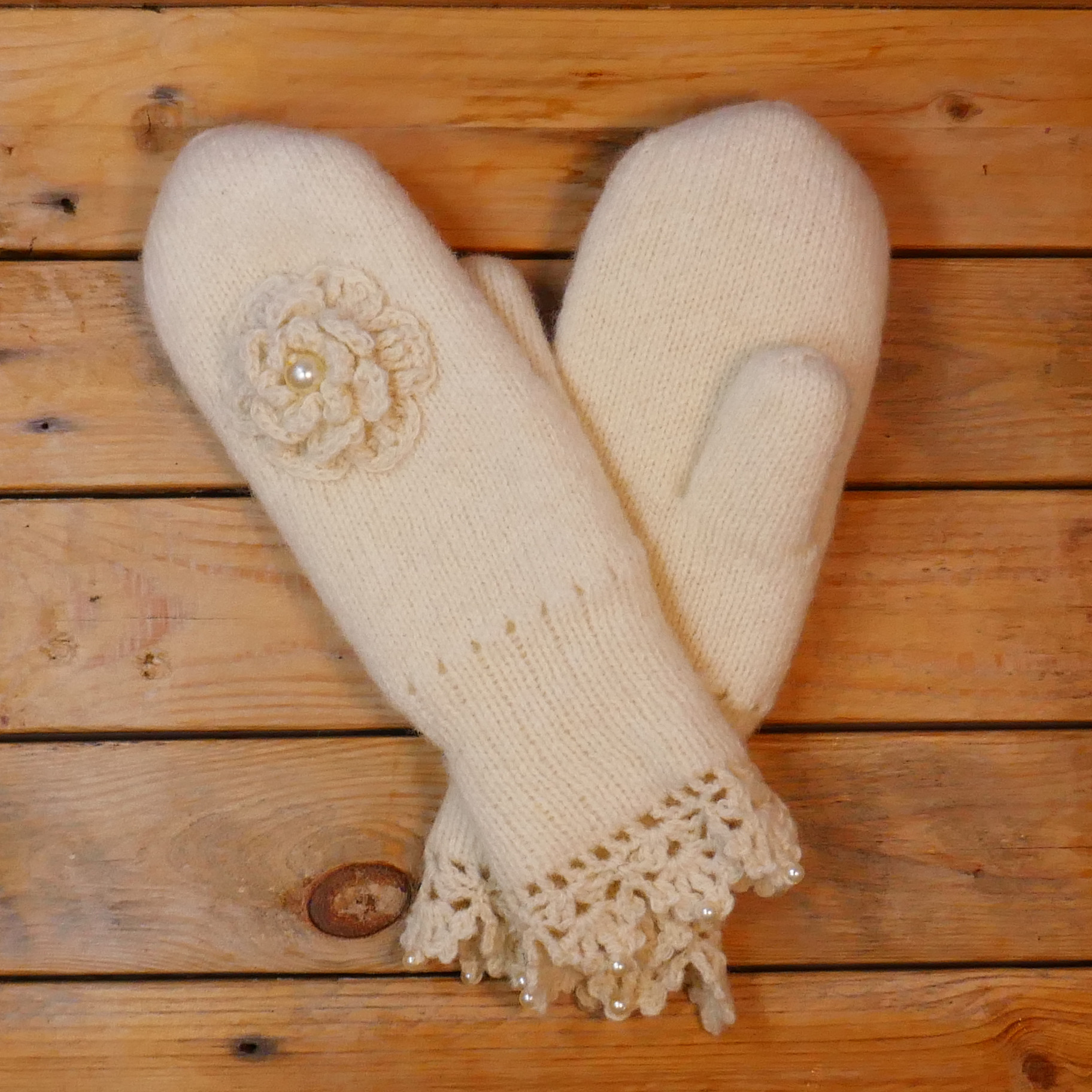 Women´s mittens with one big rose, natural white