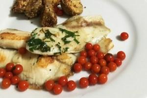 Filete de tilapia al sartén, con vino blanco, tomate perla, ajo y papa a la mostaza antigua.