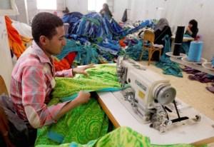 متاهة صناعة النسيج تختبر قدرة القاهرة على إنقاذها