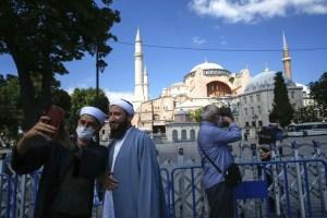 أردوغان يكذب ويتجمل بالعربية ويتملق ويراوغ الغرب بالإنجليزية