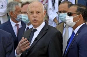 الرئيس التونسي يعفي رئيس الوزراء ويجمّد سلطات البرلمان