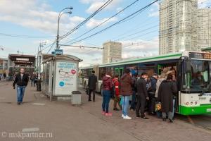 Посадка в автобус №611 у метро Юго-Западная