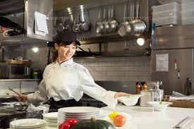 調理場で働く笑顔の20代女性[10626002447]の写真素材・イラスト素材 ...