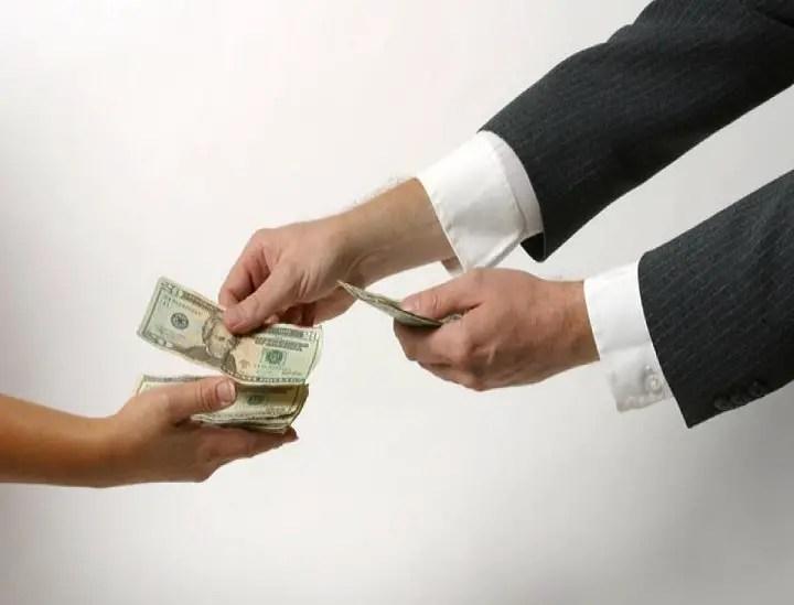 تفسير رؤية الميت يعطي نقود ورقيه