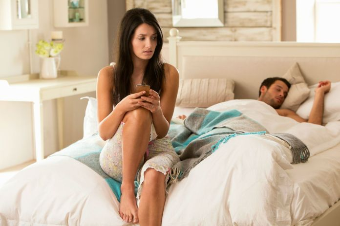 woman-snooping-cell-phone-man-in-bed-main