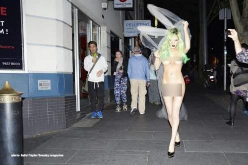 美國H奶嫩模裸體逛街遭投訴 社交網站瘋狂曬裸照