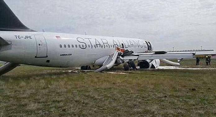 太驚險了!!這架飛機在降落的時候,不慎滑出跑道。不斷跳躍的降落過程。