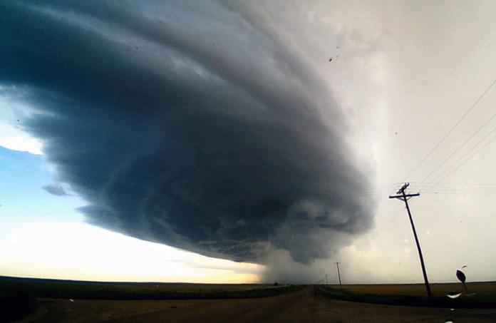 美攝影師頂著拳頭大的冰雹拍下超級單體龍捲風