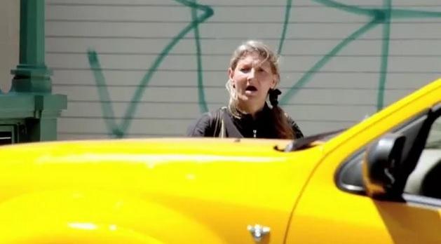 女版浩克現身紐約街頭 徒手扛起違規車!...眾人驚呆了!