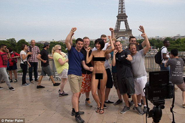 瑞士女藝術家在埃菲爾鐵塔裸身合影被捕擁魔鬼身材