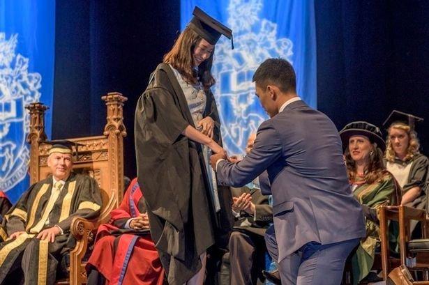 25年唯一浪漫:華人女碩士畢業典禮被男友求婚