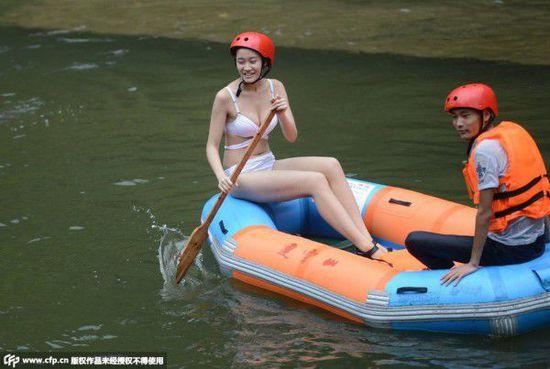 當性感的美女護漂員遇上別有用心的男遊客