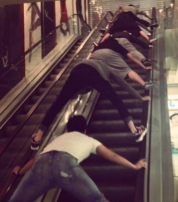 這應該是上電梯最安全的方法了吧!現在去商場看見扶梯都不敢上了!觸目驚心!