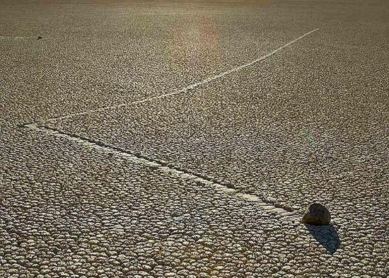 盤點全球最詭異自然奇觀 死亡谷怪石會行走