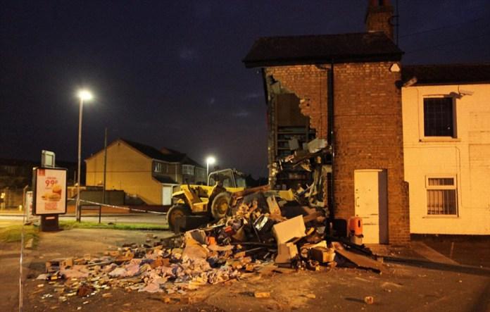 笨賊開挖掘機偷ATM機,毀掉整座樓房卻空手而歸...