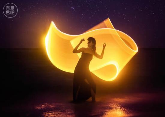 少女自帶天使光環环游世界,仙子般翩翩起舞在世界的每個角