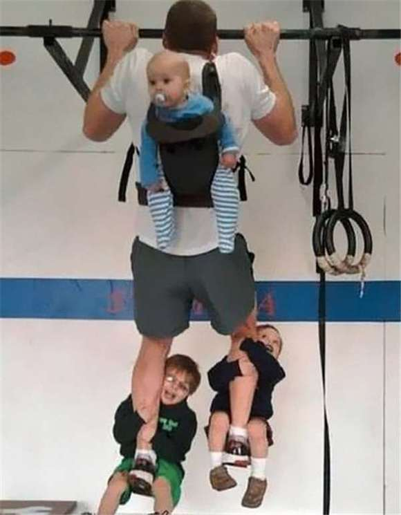 由爸爸帶大的寶寶童年是有多坎坷,說出來你不會信,自己看吧 …