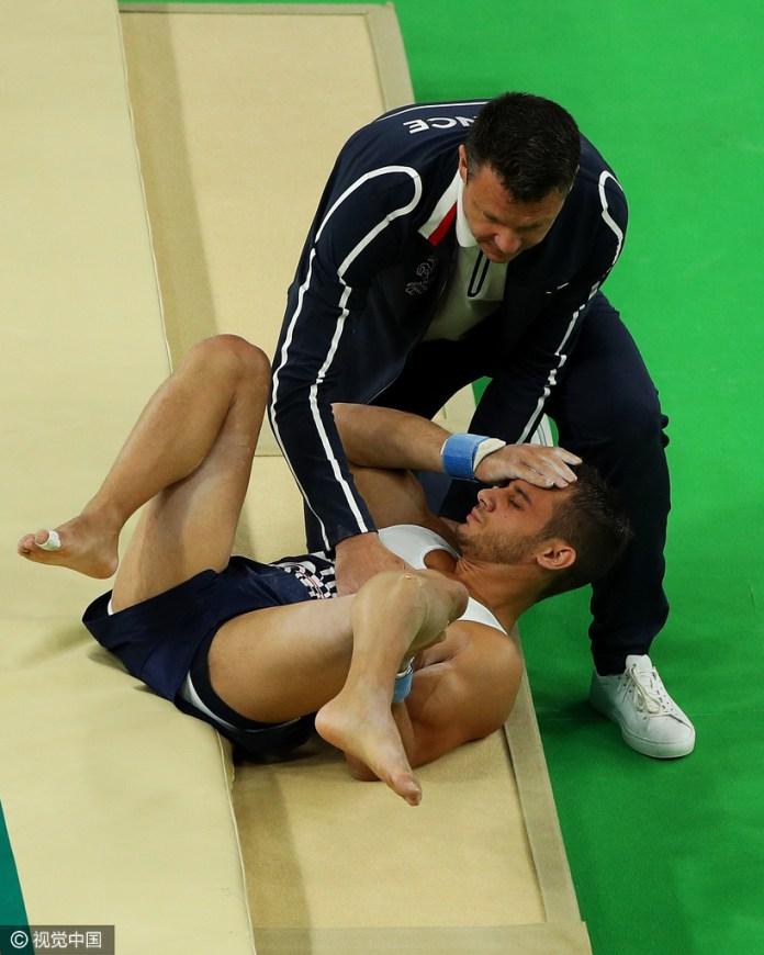 體操預賽出意外,法國男選手跳馬摔下,小腿斷成兩截!