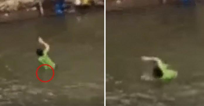 女子在河邊洗衣服時「明顯被水鬼」用力拉回水中,影片中動作一點都不假!