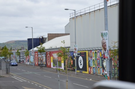 Pictures of The Peace Wall that separates the city of the Catholics from the Protestants / May 16, 2016