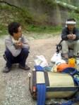 路上で食べる人たちー今回の師匠2人様。M川さんとO山さん。