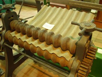 Corrugated_iron_manual_roller