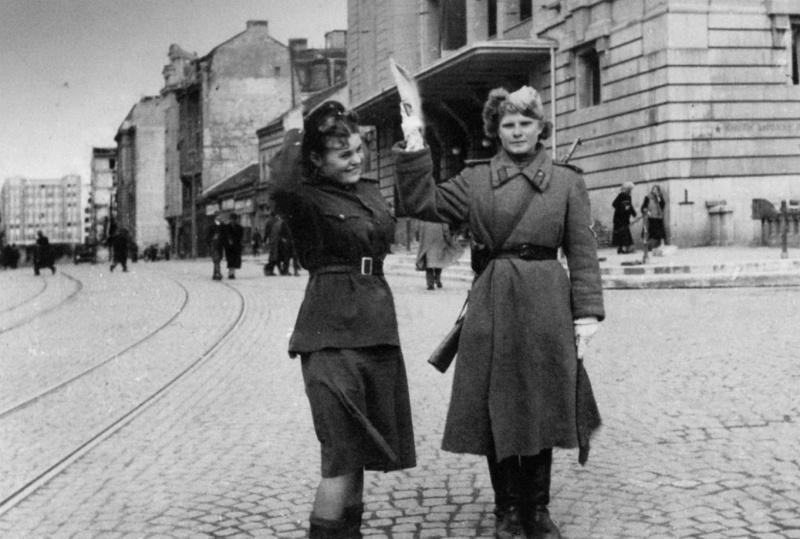 Советские девушки-регулировщицы в Белграде на площади Республики. Справа — здание Народного театра.