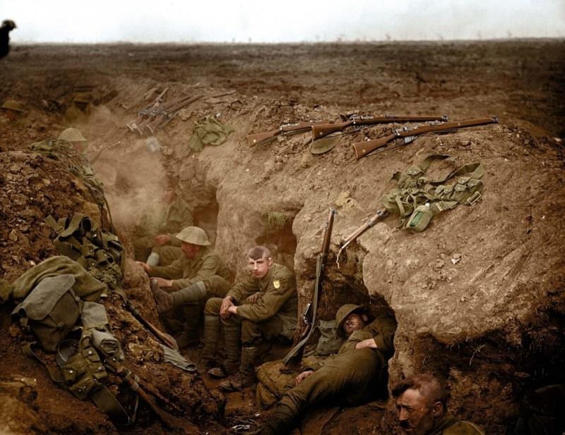 Валлийские гвардейцы в резервной траншее, Гиймон, сентябрь 1916 г. архивное фото, колоризация, колоризация фотографий, колоризированные снимки, первая мировая, первая мировая война, фото войны