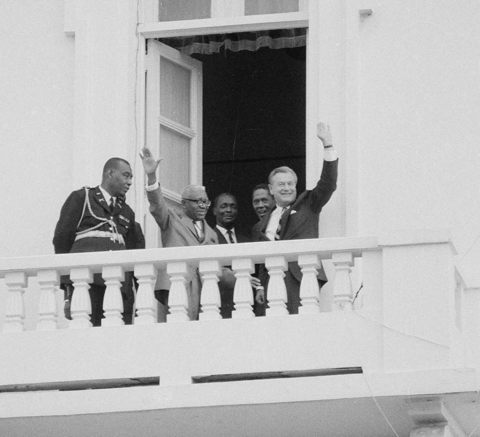 Франсуа Дювалье (второй слева) и губернатор Нью-Йорка Нельсон Рокфеллер (справа) выходят с балкона президентского дворца в Порт-о-Пренсе, Гаити. 1 июля 1969 года. Фото: © AP Photo/Jim Bourdier