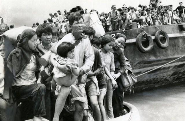 Беженцы из Дананга и Хюэ, выходят на берег в Вунгтау. Апрель 1975