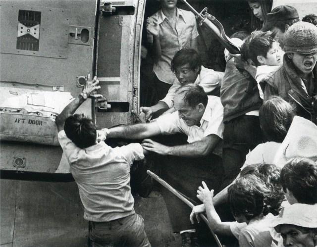Люди борются за то, чтобы попасть на борт самолета - апрель 1975