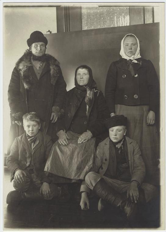 Славянская семья (страна не обозначена), 1901 америка, иммигранты, исторические фото, история, остров Эллис, факты