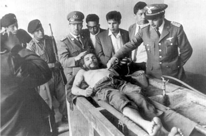 Полковник Андреас Селич Шон указывает на тело мертвого команданте | Фото: mirtesen.ru