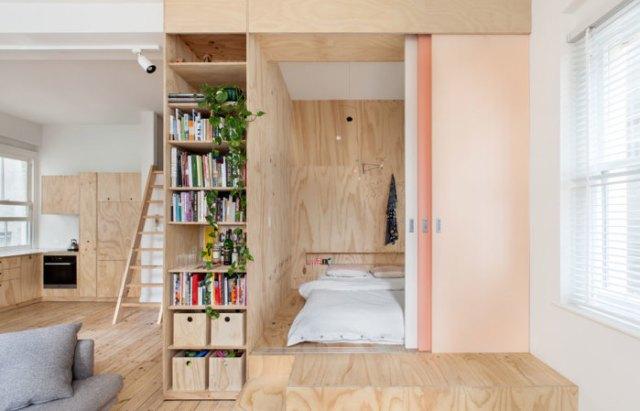 Родительскую спальню создали из фанерных листов, установив модульную конструкцию на подиум.   Фото: habitusliving.com.