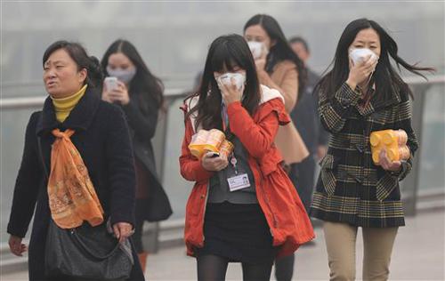 Плотный смог в городах Китая, вызванный загрязнением воздуха