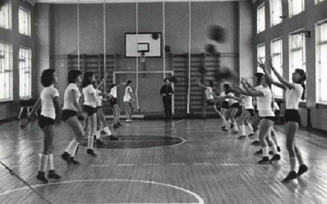 Школьный спортзал. Уроки физкультуры. Кому-то нравились, кому-то нет. Но когда девчонки подросли и у них появились..., ну, в общем, стало гораздо интереснее! СССР, история, школа