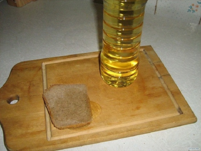 Еще теплая горбушка свежего хлеба аккуратно смазывалась подсолнечным маслом и щедро посыпалась солью, а некоторые дети добавляли к такому бутерброду зеленый лук или укроп.