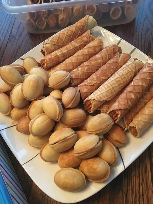 Это непростое по приготовлению кушанье требовало определенных умений, ведь мало было приготовить сладкое вафельное тесто и испечь вкусности, надо было успеть наполнить их сваренной накануне сгущенкой.