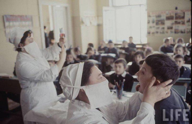 Одним из основных отличий социалистического типа медицины была возможность оказывать медуслуги «без отрыва от производства» — на заводе, в школе, на ферме или в каком-либо учреждении. СССР, качество, медицина, фото