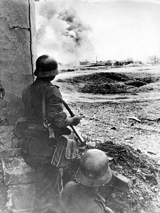 Немецкие солдаты наблюдают за артиллерийским обстрелом советских позиций в Сталинграде.