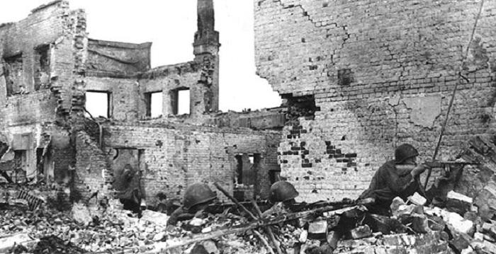 Советские солдаты ведут бой на руинах сталинградских домов.