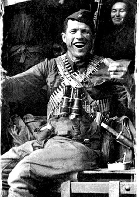 Обезглавить фашиста топором и проломить немцу кулаком голову: невероятные подвиги героев ВОВ