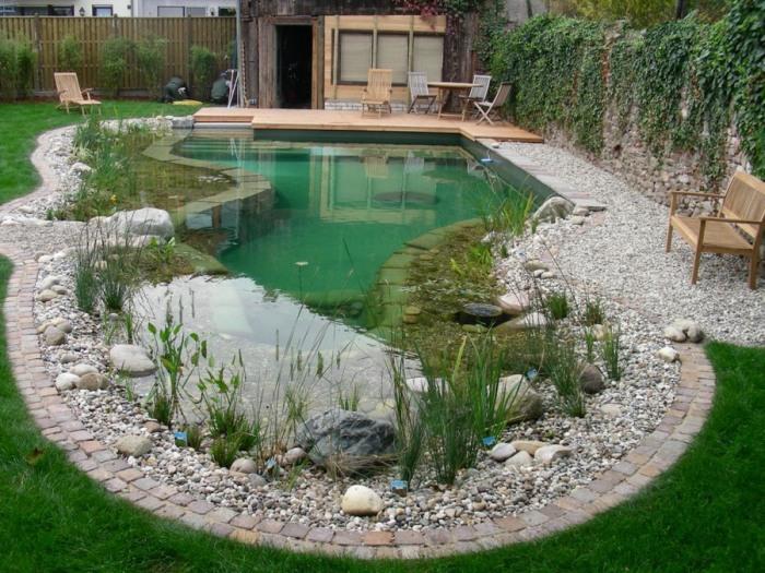 Пример хорошо оформленного дачного водоема в современном стиле.
