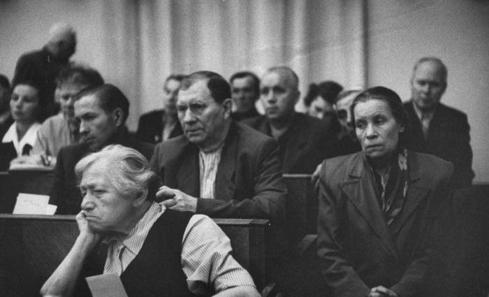 Угрюмые лица во время заседания комитета социального страхования. СССР, Москва, 1956 год.