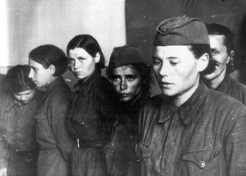 Пленные советские женщины-военнослужащие в Невеле (ныне Невельский район Псковской области). 26.07.1941