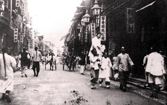 Шанхай, последние годы династии Цин. Слуга на плечах несет проститутку клиенту бордели, жрицы любви, китай, продажная любовь, проституция