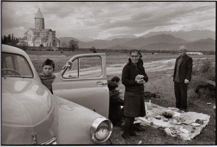 Грузинская семья устроила пикник в горах./Фото: nauchnii-soyuz.forum2x2.ru