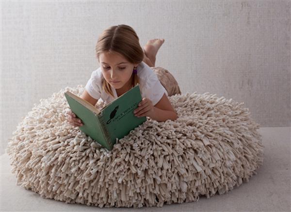 Чудесное превращение: уютные пуфики, коврики и подушки из старых футболок фото 6