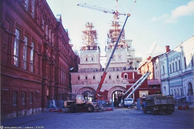 Перед Красной площадью восстанавливают разобранные в 1931 году Воскресенские ворота. 90-е, москва, фотографии
